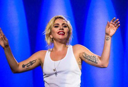 Lady Gaga performe à la DNC