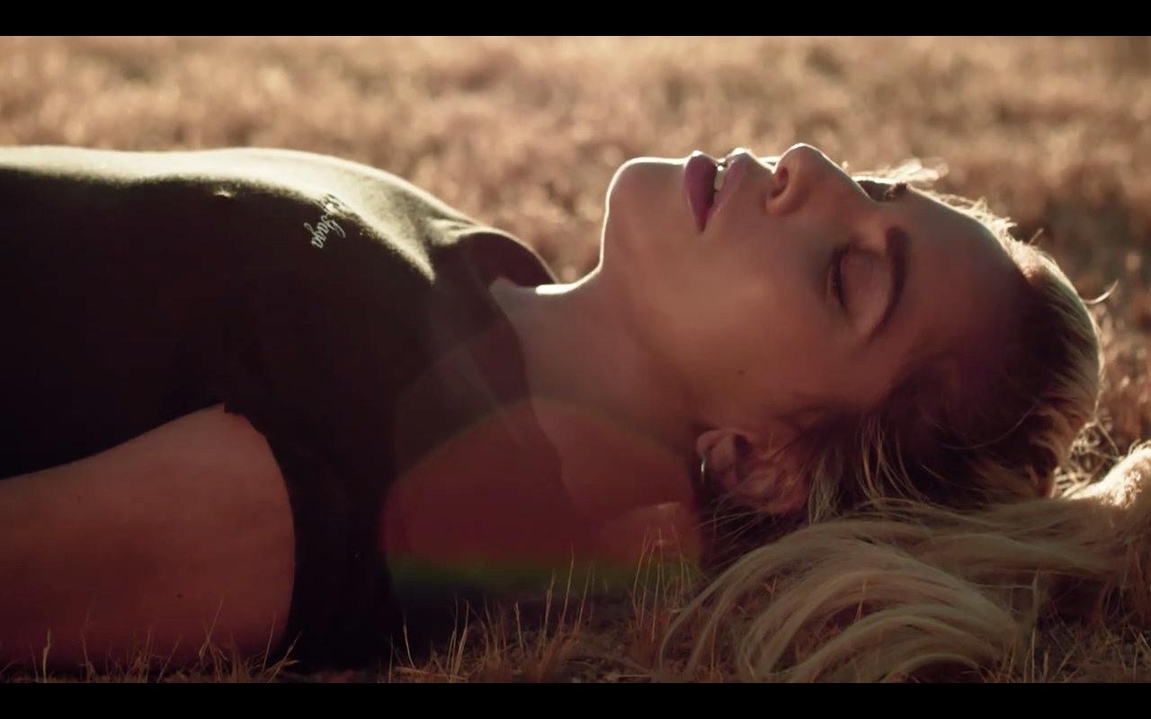 Clip de « Million Reasons » demain
