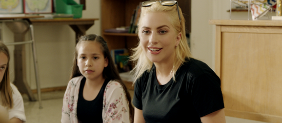Gaga soutient -Staples for Students-